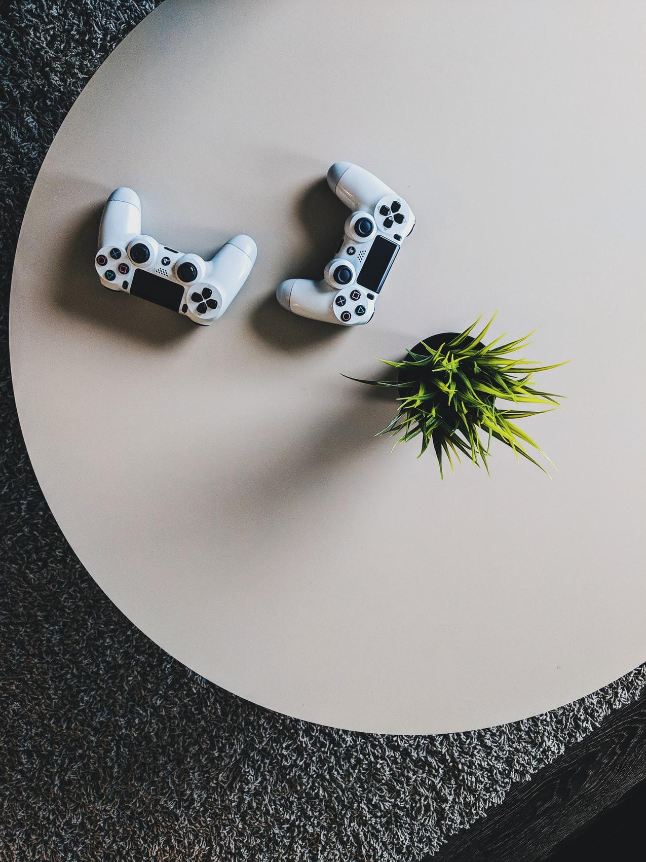 spelkonsoler på runt bord