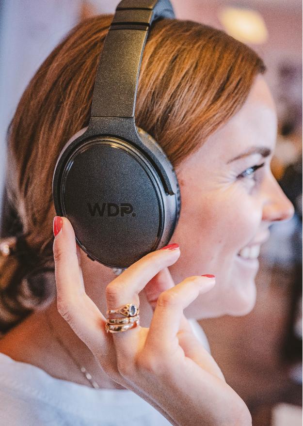 kvinna med WDP hörlurar