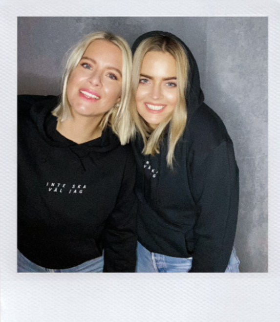 Karolina Widerström och Sofia Dalen i svart hoodie
