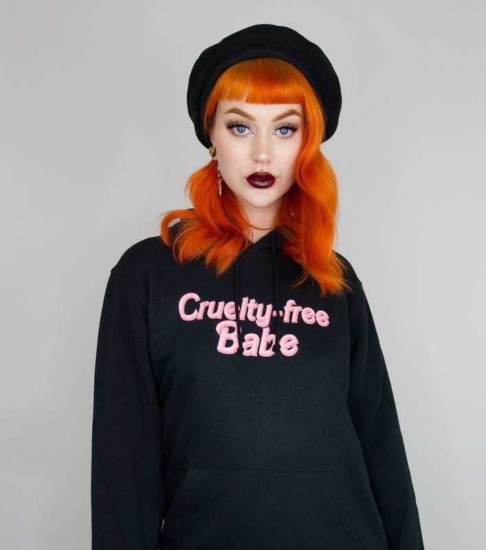 evelina forsell i svart hoodie