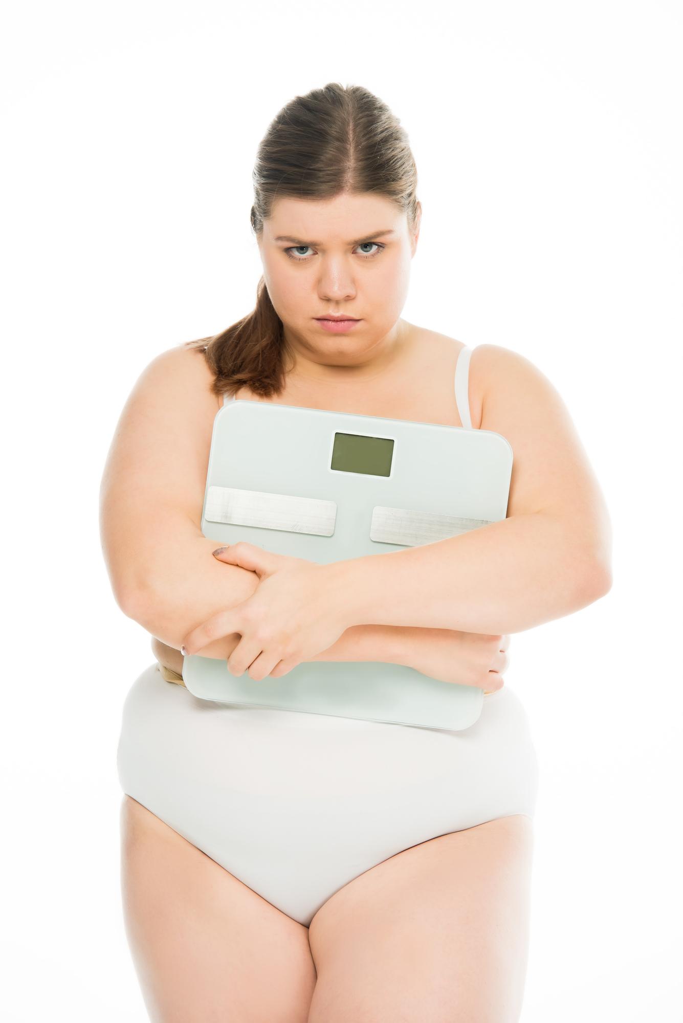 mujer sosteniendo balanza