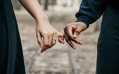 Ein Paar hält Händchen