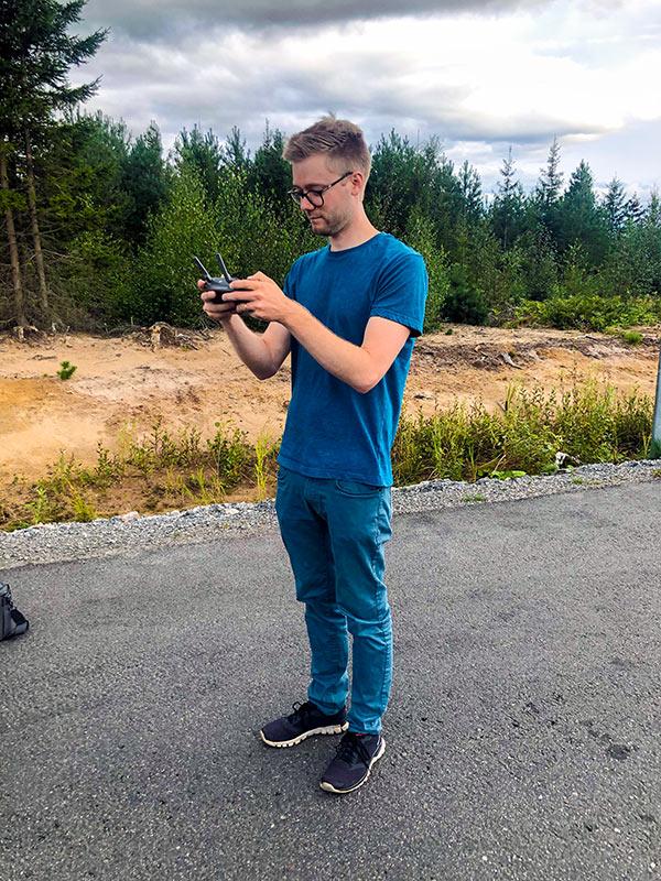 Vi har erfarenhet att filma flera olika typer av drönarvideo i örebro så vi kan nog hjälpa dig också som Robin gjorde på denna bild