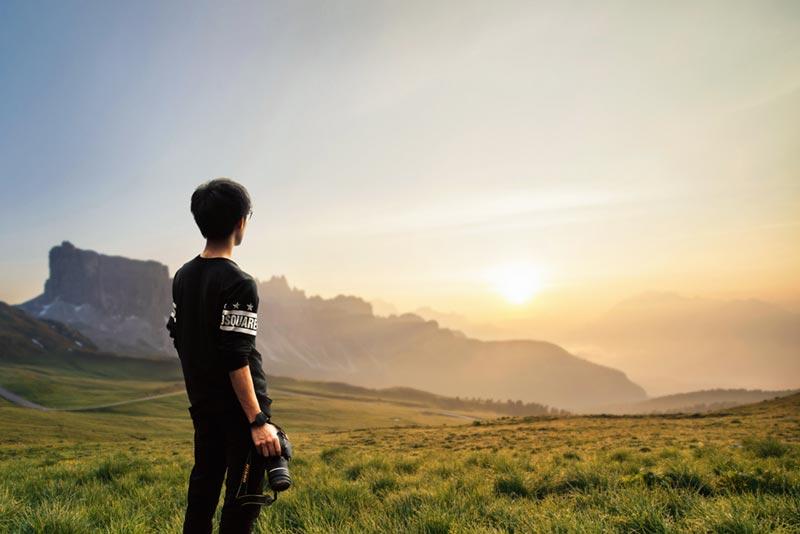 Man blickar ut över horisonten innan han fotograferar