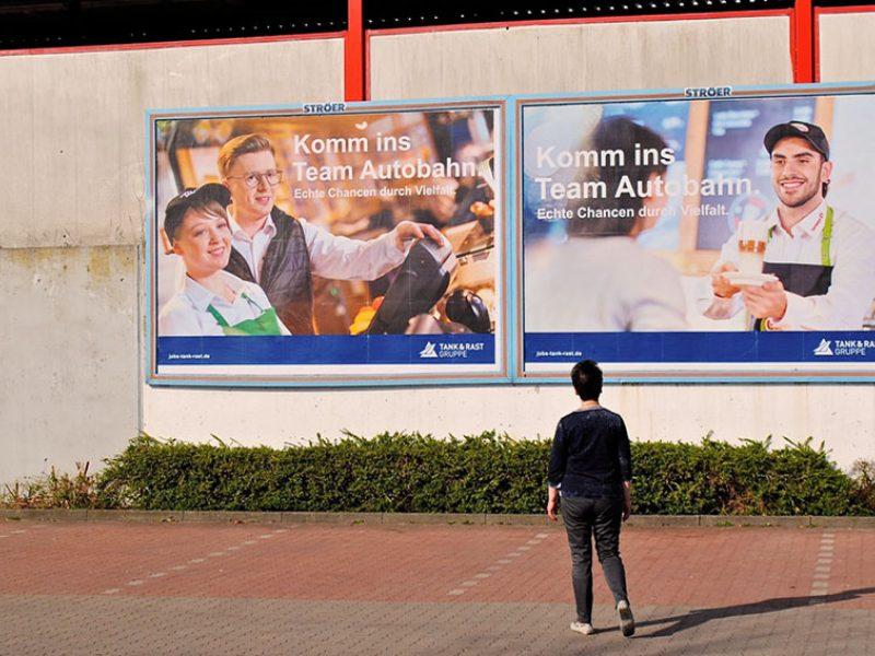 Traditioneller als jedes andere Werbemedium ist das Plakat. Plakate und andere Außenwerbemedien (Out of Home) gehören in jede Imagekampagne. Planen wir Kampagnen, die Zielgruppen an jedem Medien-Touchpoint ihres Alltages mit einer Werbebotschaft ansprechen, gehören Außenwerbemittel dazu. Wir bewegen uns durch die Stadt, wir warten an Haltestellen, wir fahren im Berufsverkehr - immer dann sind wir mit Werbung erreichbar. Plakate erreichen täglich Millionen von Menschen, ob in Deutschland, Frankreich, der Schweiz oder Osteuropa. Wir planen hier nicht nur lokal oder regional, sondern auch international.