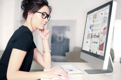 Display Advertising, auch Display Werbung oder Bannerwerbung, umfasst alle Anzeigenformate, die Botschaften online und in Form von grafischen Werbemitteln vermitteln. Richtig platziert ist sie aufmerksamkeitsstark und erreicht genau Ihr Ziel – Kunden auf Sie aufmerksam zu machen und sie für Ihre Produkte und für Ihr Unternehmen zu begeistern.