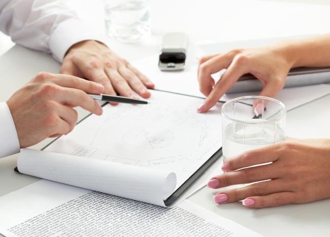 Es gibt viele Möglichkeiten mit Ihrer Zielgruppe in Kontakt zu treten, aber nur wenige Kanäle holen aus Ihrem Budget die maximale Aufmerksamkeit heraus. Auf dem Weg zu einer optimalen Strategie analysieren wir Ihre Zielgruppe und Ihre Zielstellung sehr genau. Auf Basis dieser Analyse entsteht ein Konzept mit Maßnahmen, über die Sie Ihre Ziele erreichen. Wir identifizieren die passenden Kanäle und Formate und finden Wege, wie Ihre Inhalte effizient wirken.
