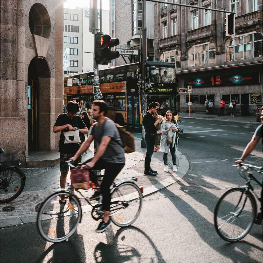 Urbane Straße mit Radfahrern und Bus