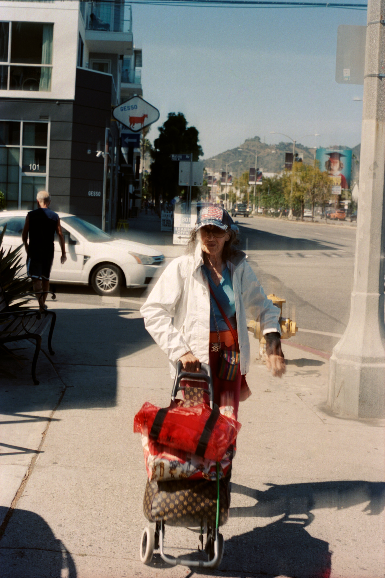 All Amercia woman with her stroller, Los Angeles, Omg Your English, photography By Ioannis Koussertari