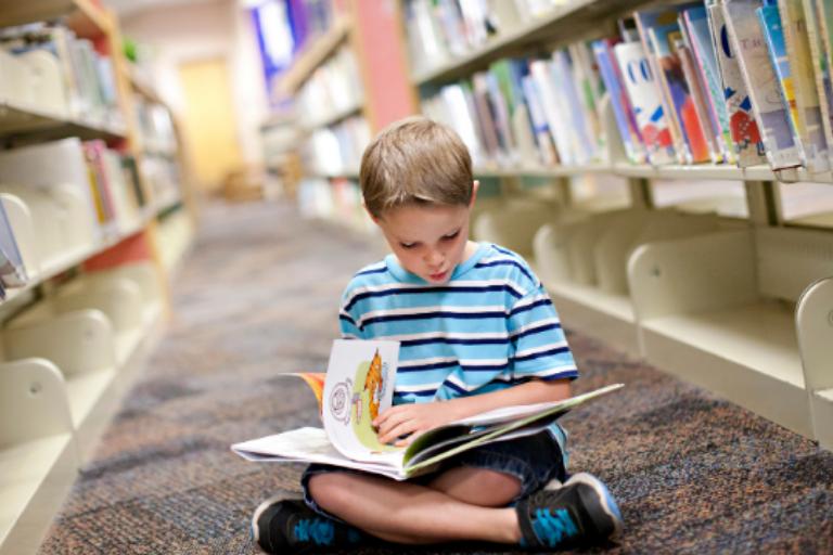 Como ajudar as crianças a ler? O papel dos professores e das famílias