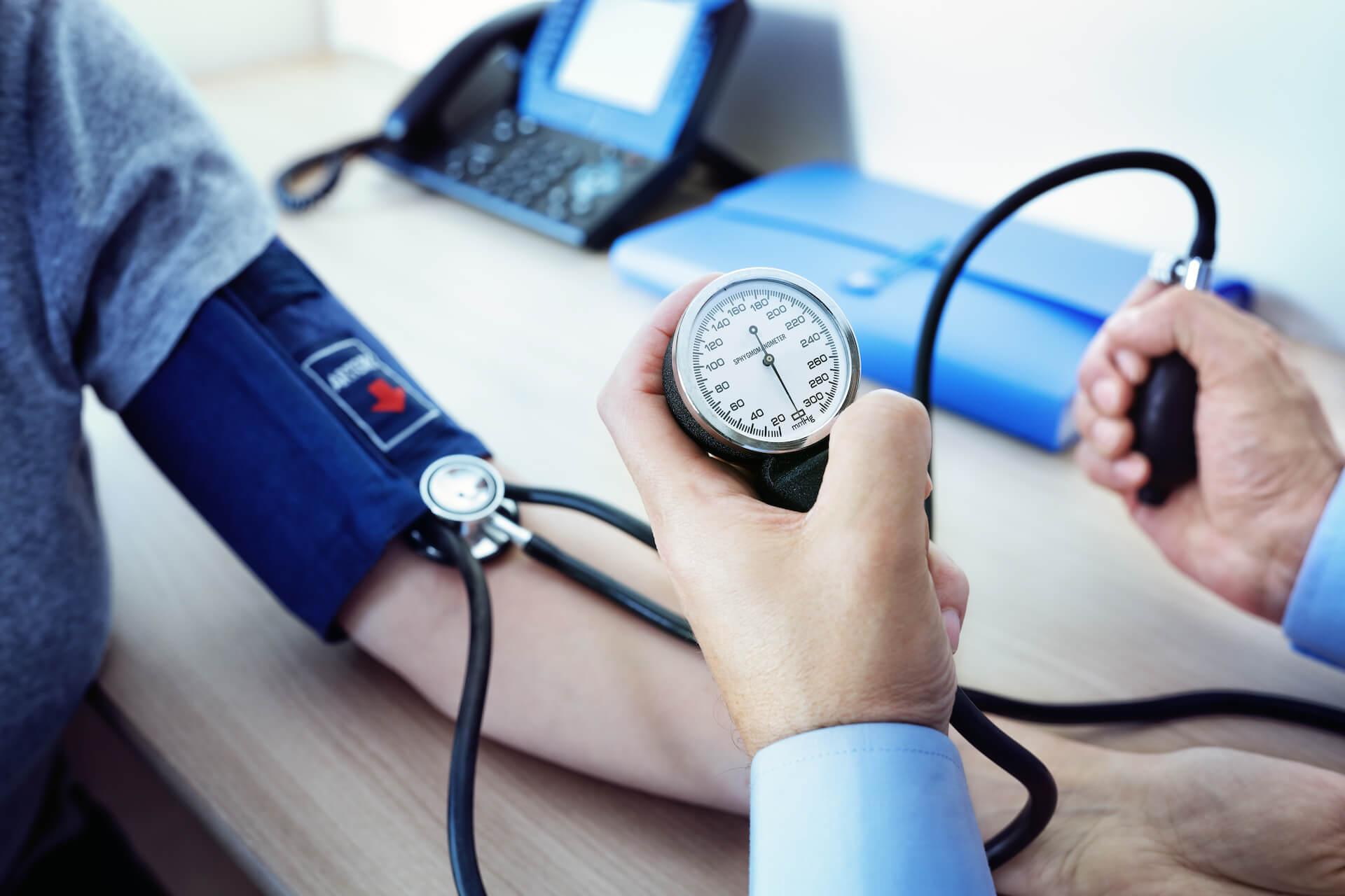 Mjerenje krvnog tlaka s tlakomjerom