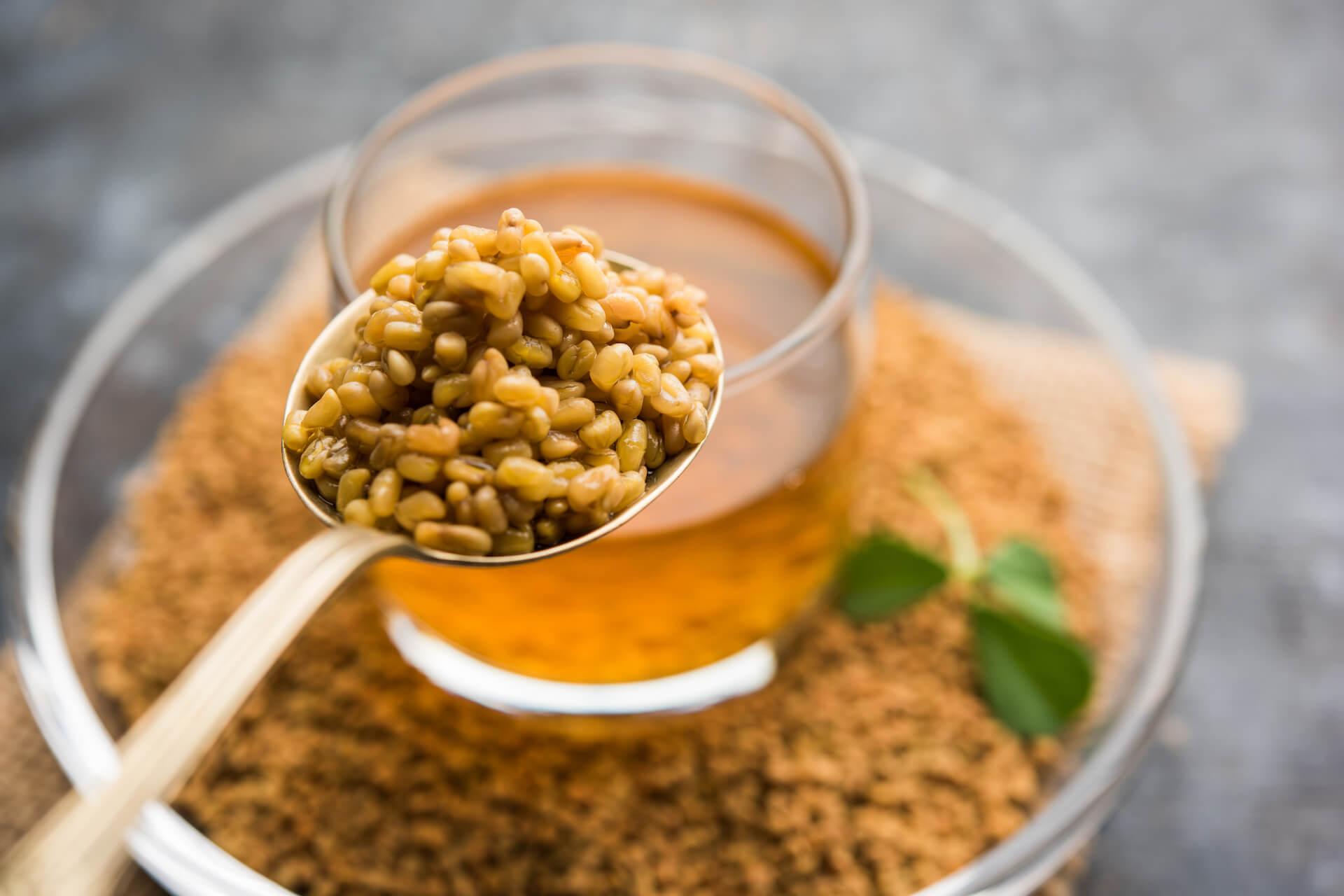 Sjemenke piskavice na žlici iznad namočenih sjemenki piskavice u zdjeli
