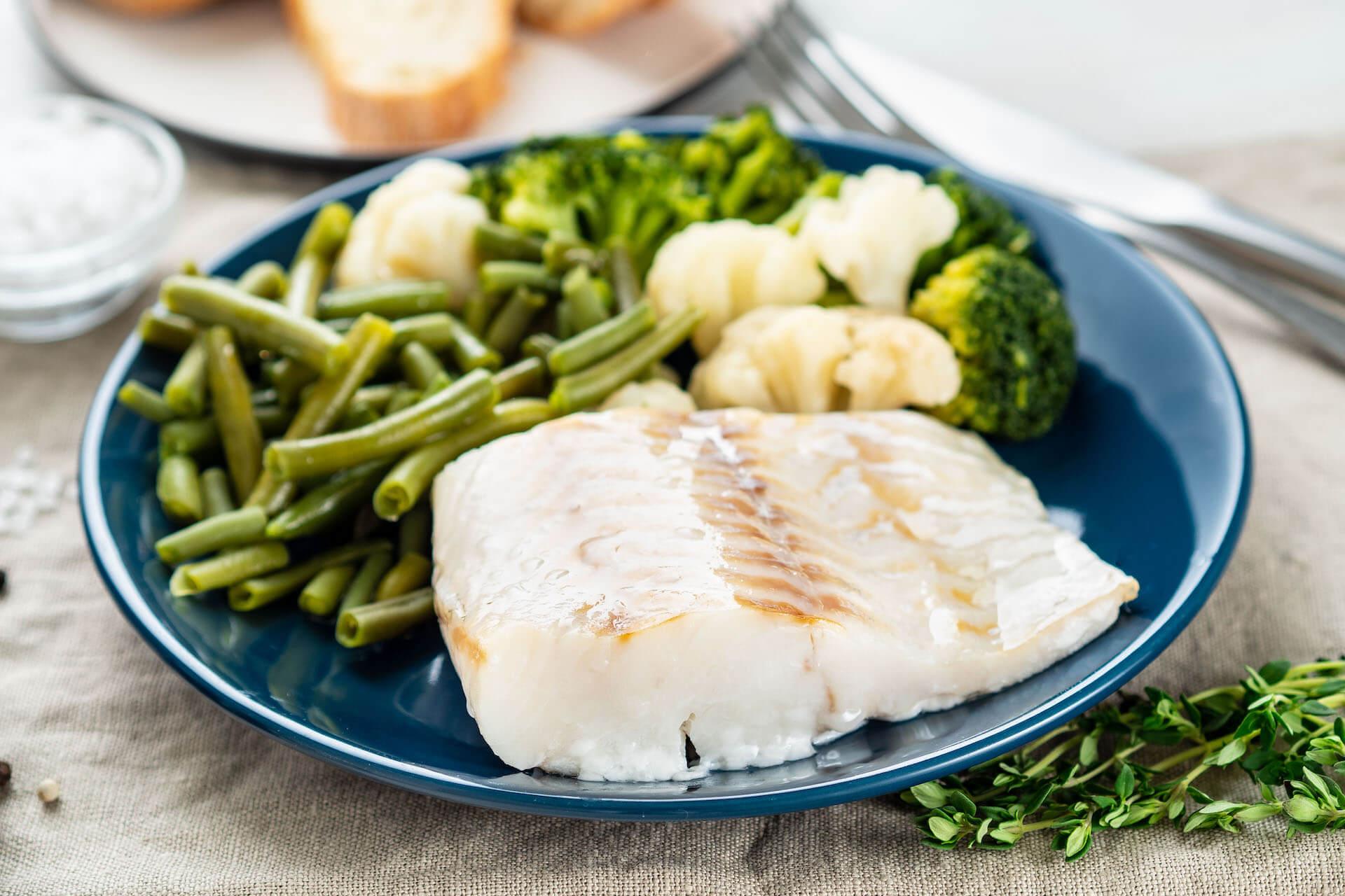 File bijele ribe s mahunama, brokulom i cvjetačom