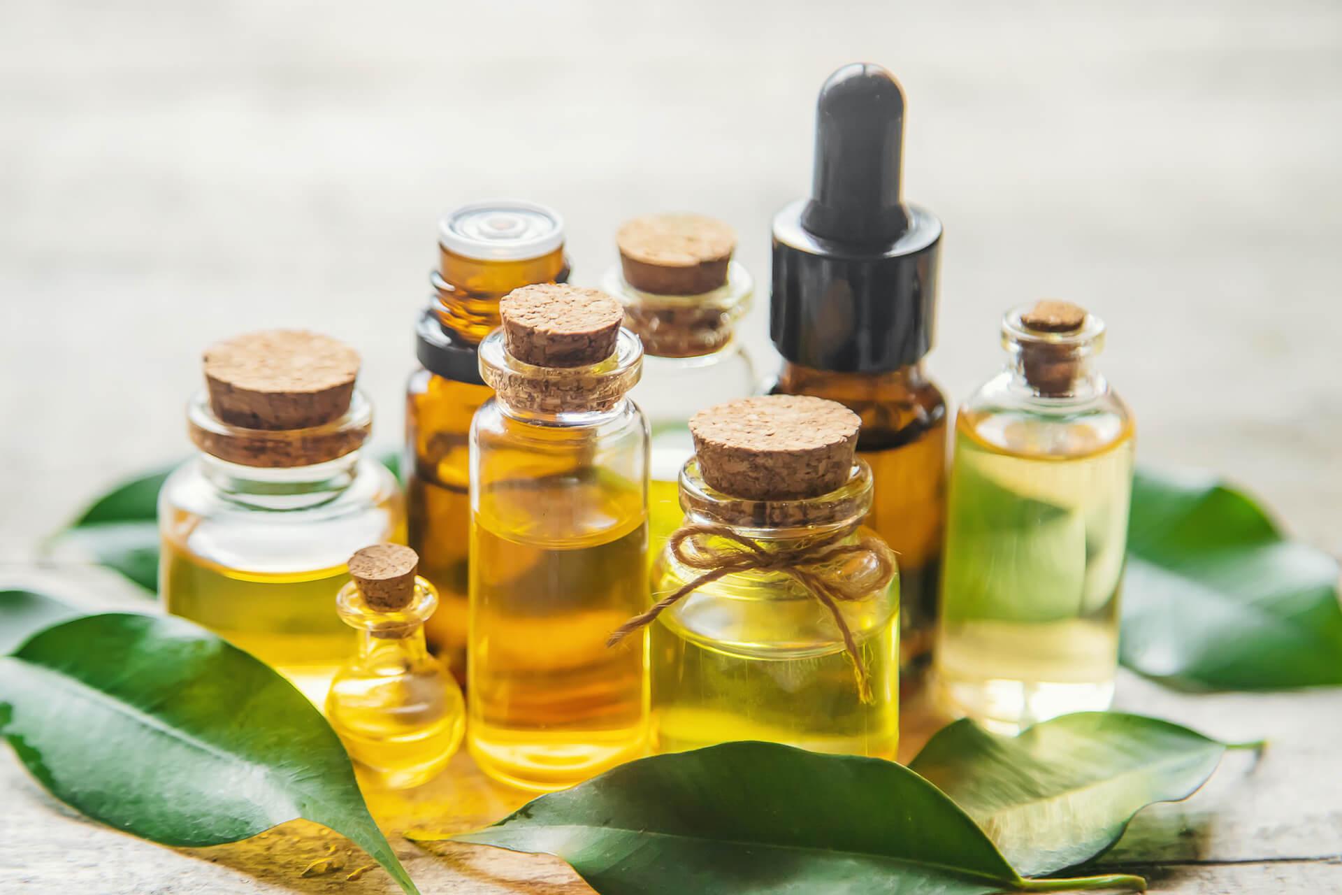 Eterična i bazna ulja u bočicama različitih veličina