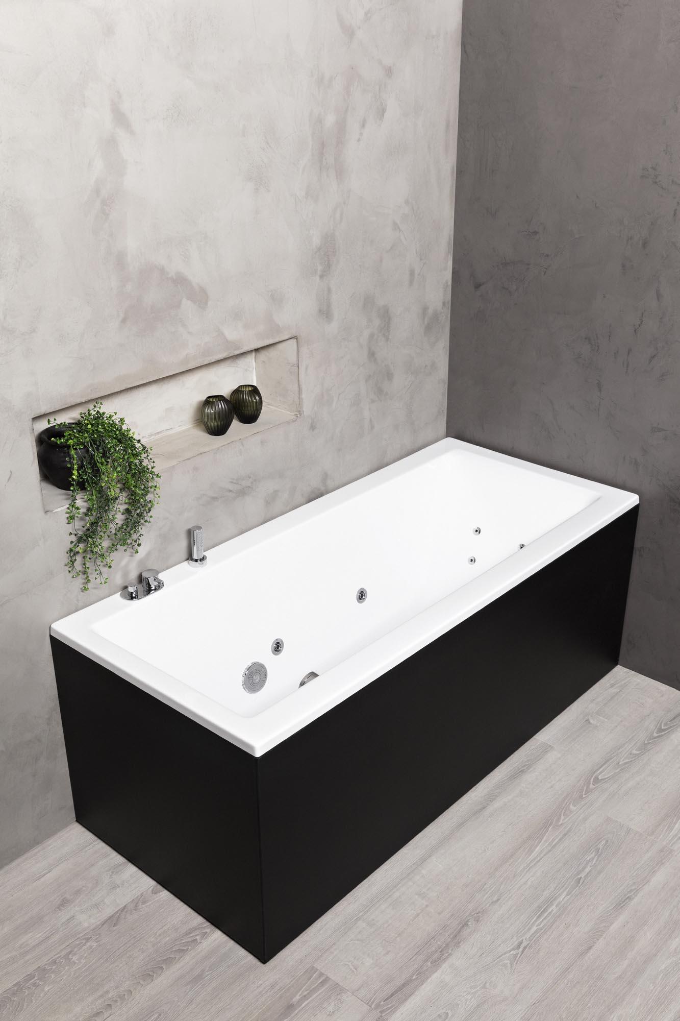 Badekar med sort front i miljø.