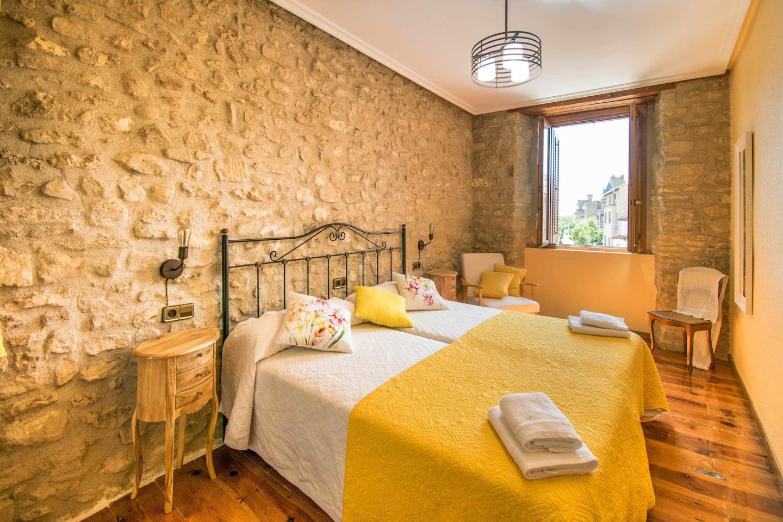 Cama doble en casa Ronda del Castillo (Olite)