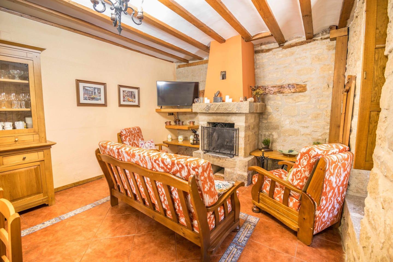 Salón con chimenea en casa ronda del castillo (Olite)