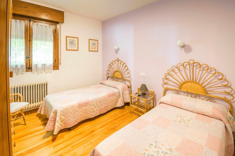 Habitacion con dos camas individuales bidezarra etxea