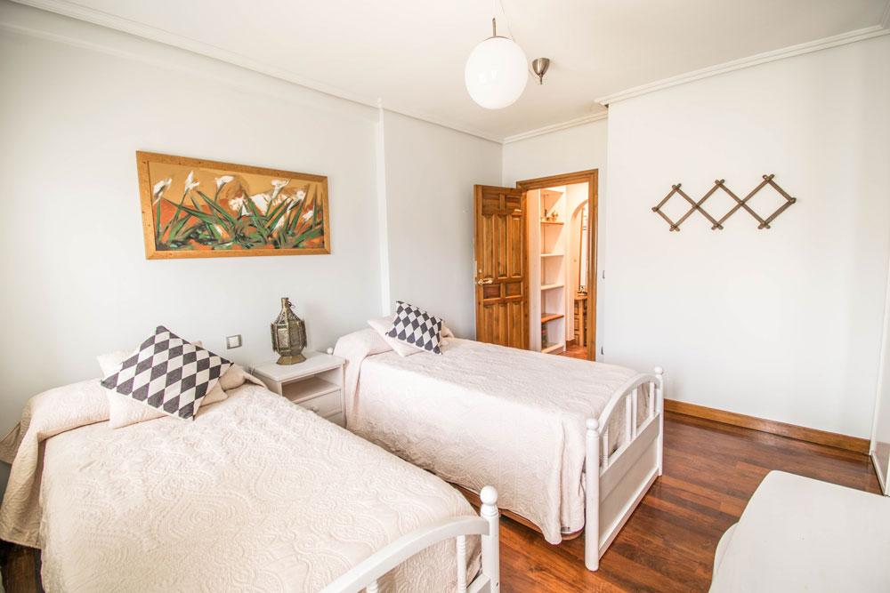 Habitacion con dos camas individuales en Casa Maitetxu (Puente la Reina)