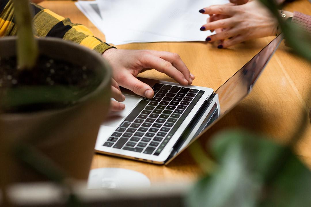 Zdjęcie laptopa i dłoni podczas pracy