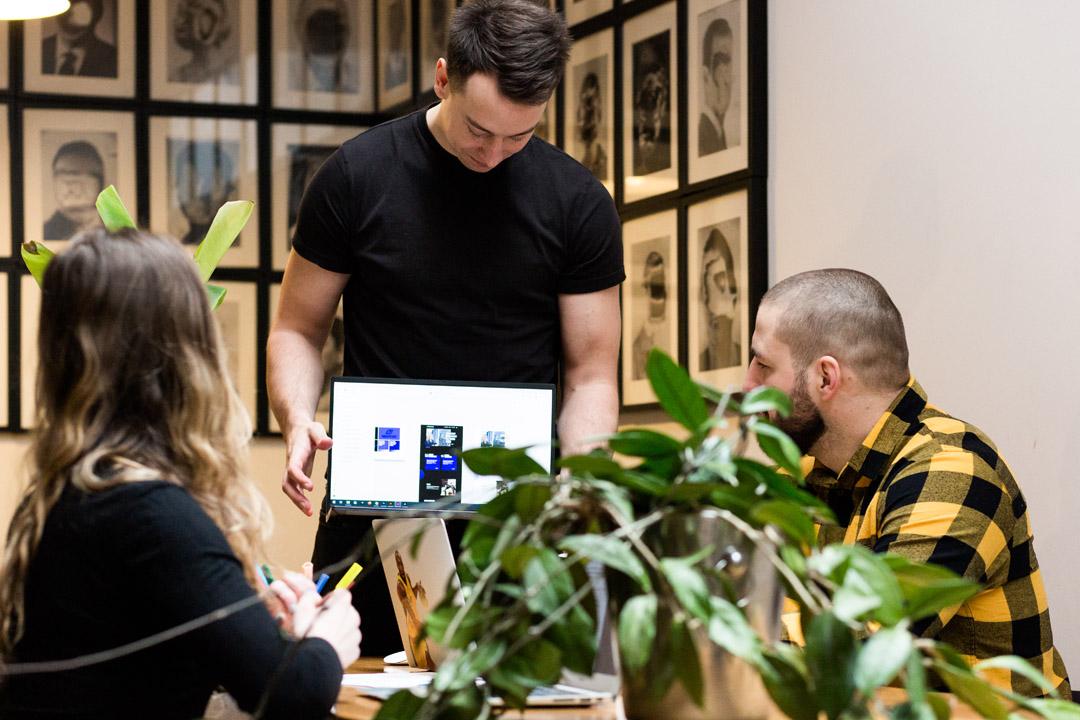 Przedstawienie projektu strony internetowej na ekranie laptopa