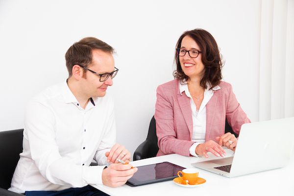 Steuerberaterin Ursula Ill zusammen mit Anwalt Kooperationspartner