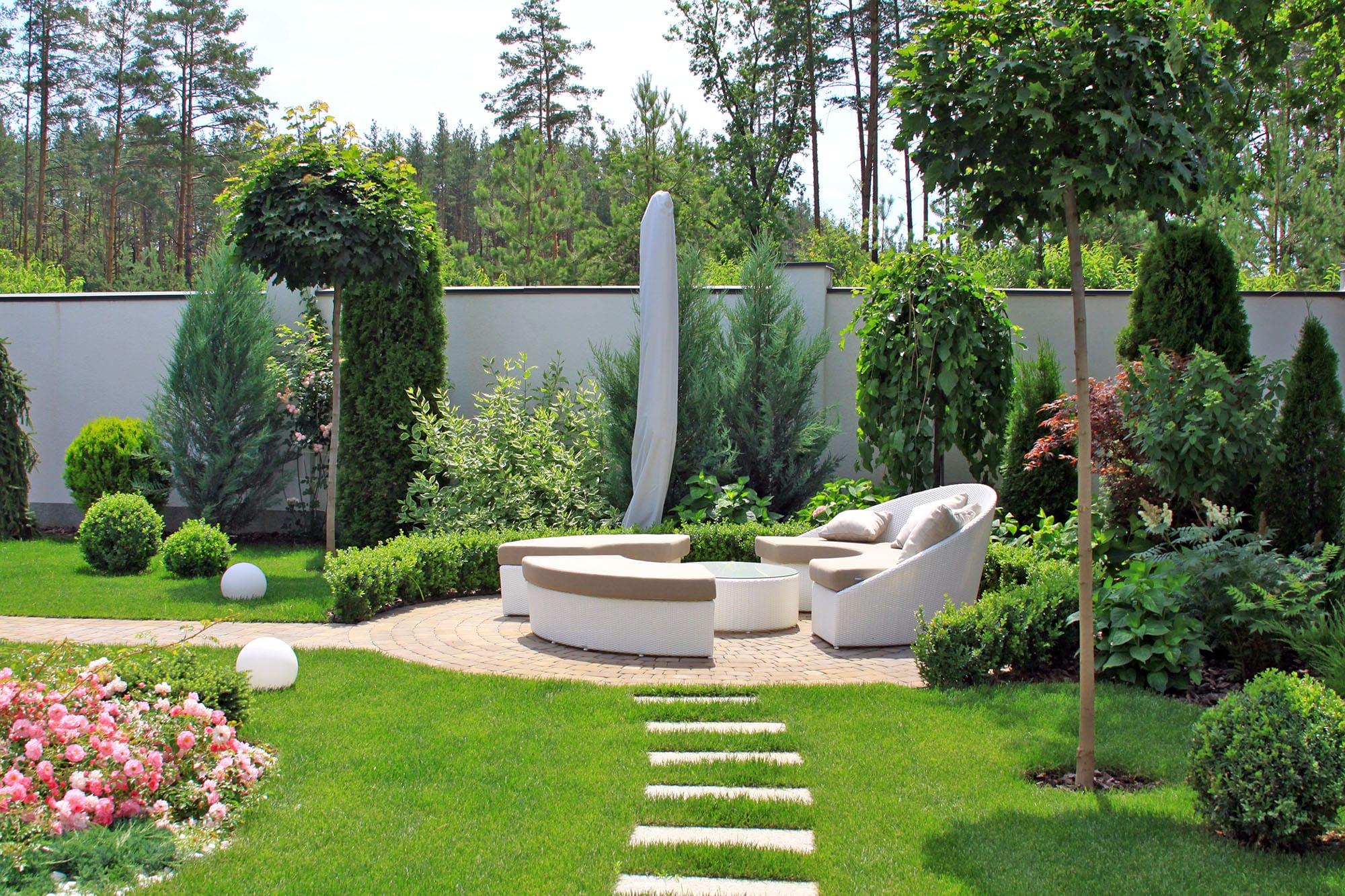Зона отдыха на участке: диваны, тент и столик. Фото компании ландшафтного дизайна Магия сада