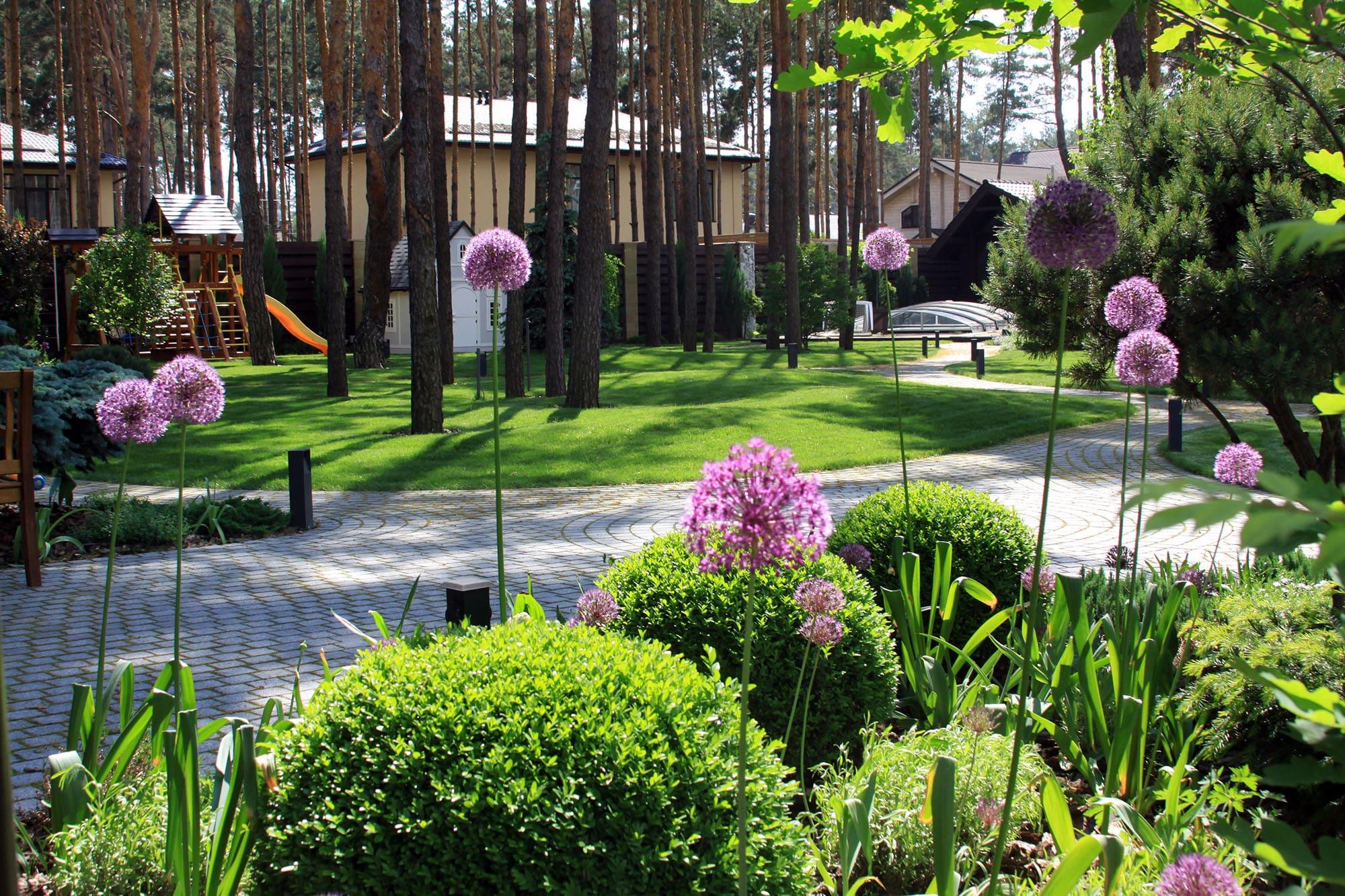 Цветы-антенны на ландшафтном участке. Фото компании Магия сада