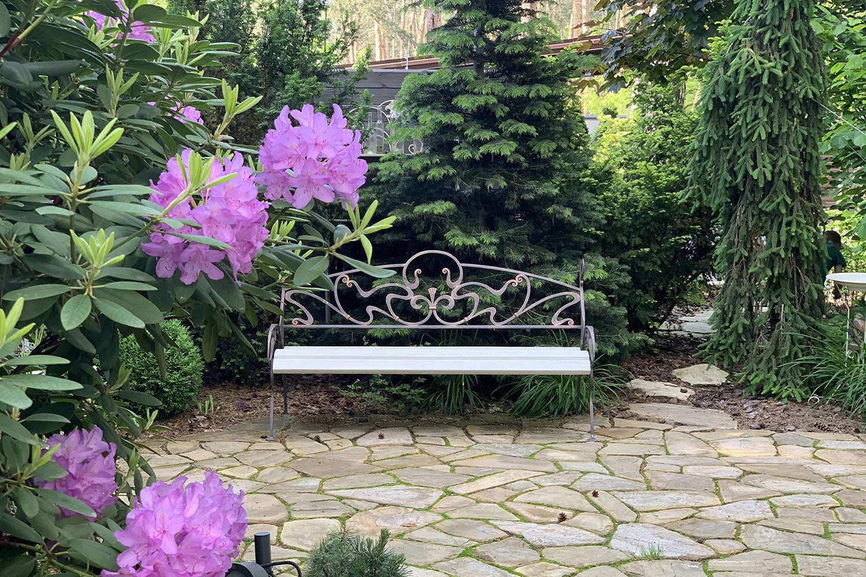 Садовая композиция в саду