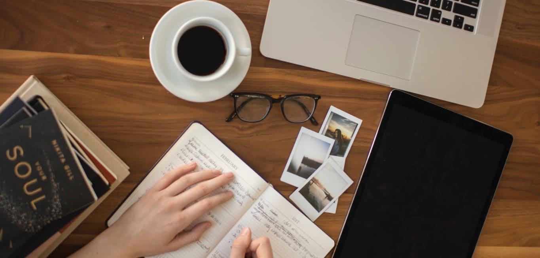 block, kaffe, dator, bilder och böcker