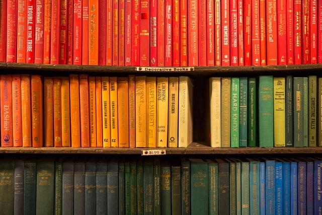 Dekorativ bild med välsorterade böcker
