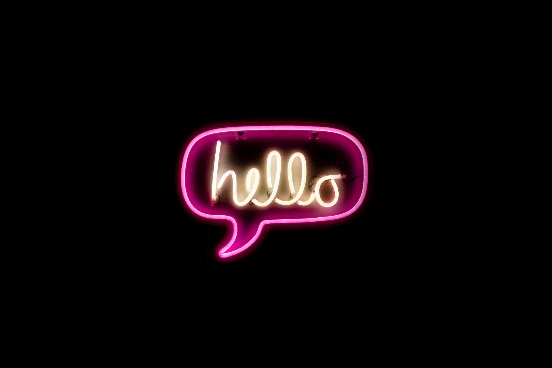 En skylt med texten: hello