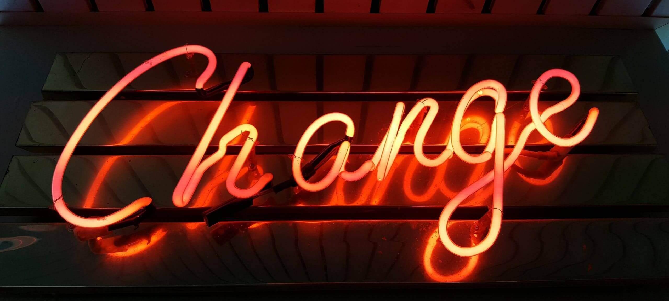 Neonskylt med ordet change