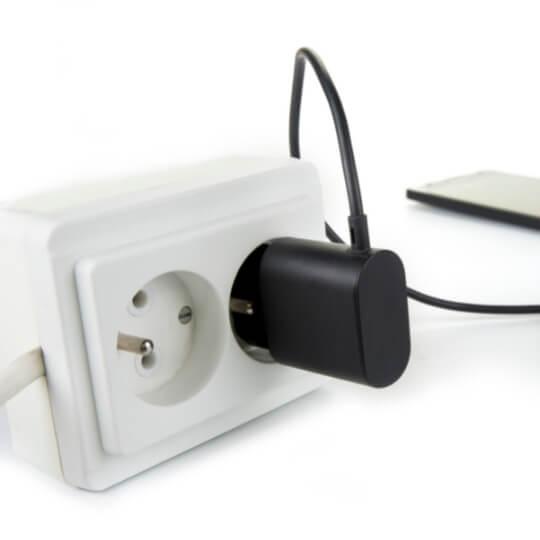 carregador-de-celular-na-tomada-consome-energia