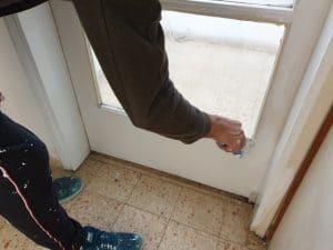 צביעת דלתות עץ