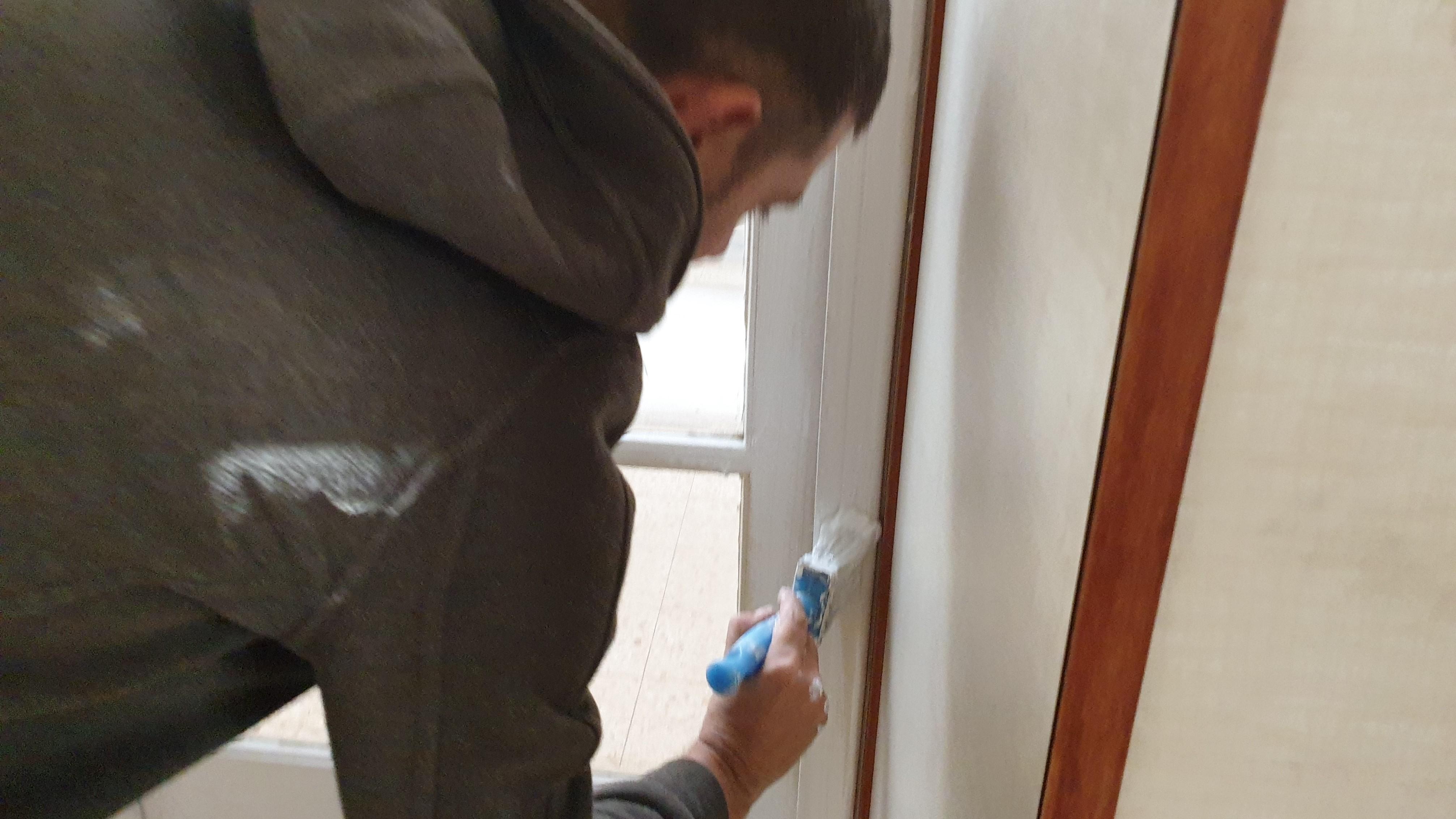 צביעת משקופים ודלתות מעץ או מתכת – כך תבצעו עבודה יעילה ומקצועית