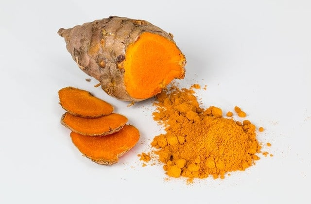 Die Heilpflanze Kurkuma ist uns vor Allem durch die Verwendung in der Curry-Zubereitung bekannt aber besitzt auch verdauungsfördernde & entzündungshemmende Eigenschaften auf den Körper.