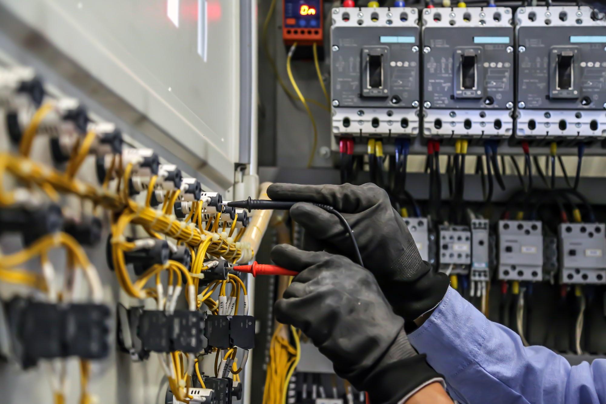 Elektriker arbeitet am Schaltkasten