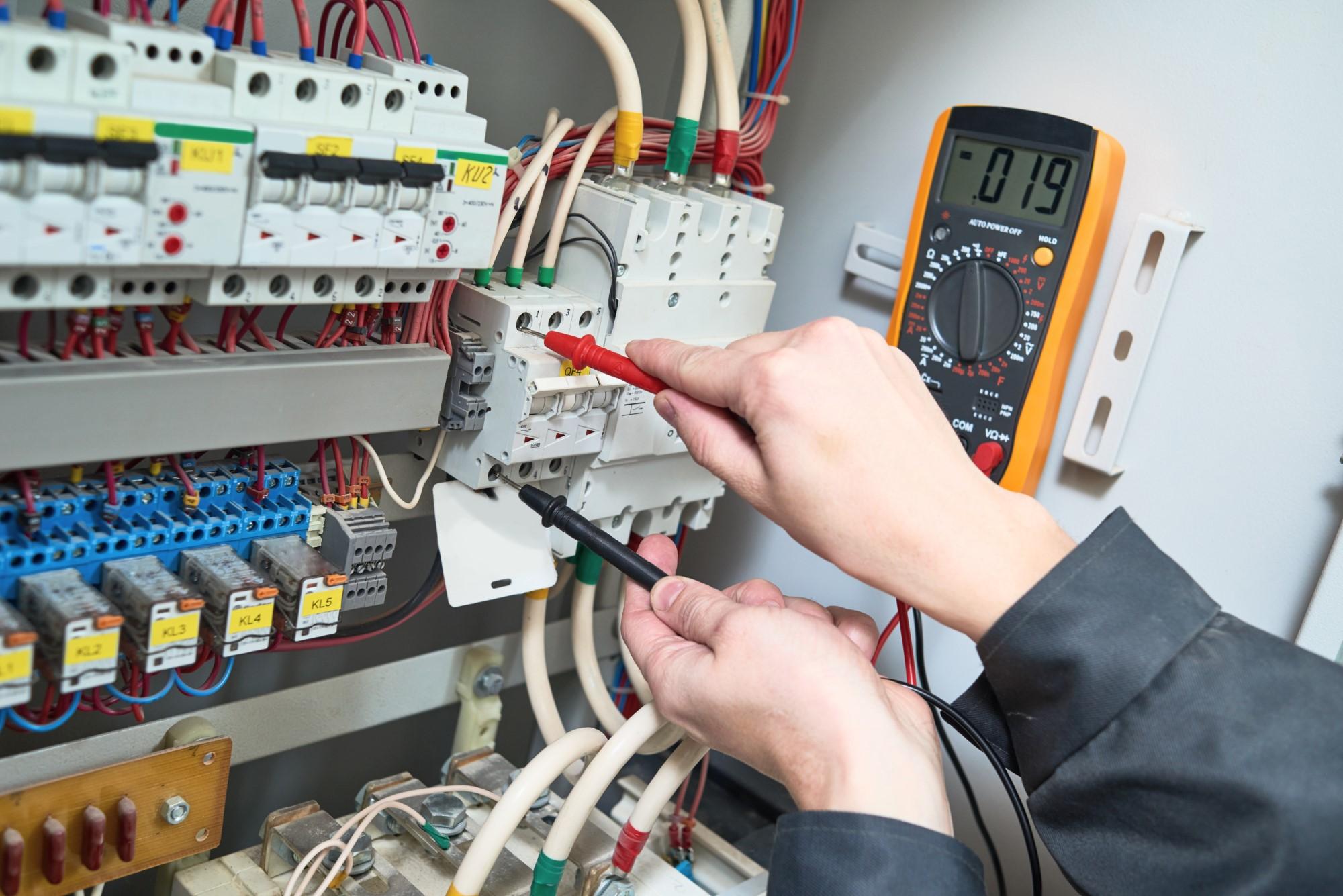 Elektriker erstellt Messung am Schaltkasten