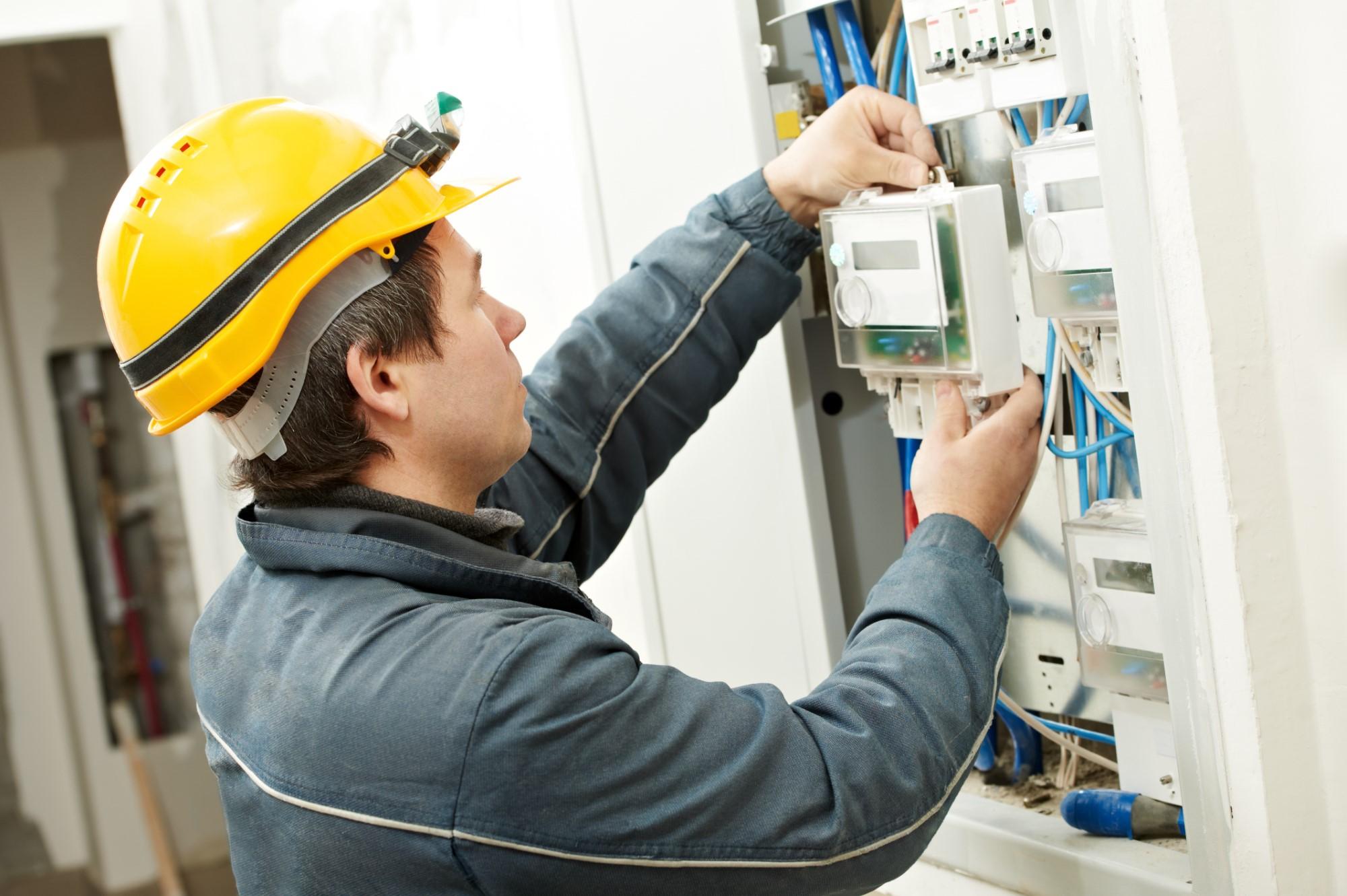 Elektriker montiert Schaltkasten