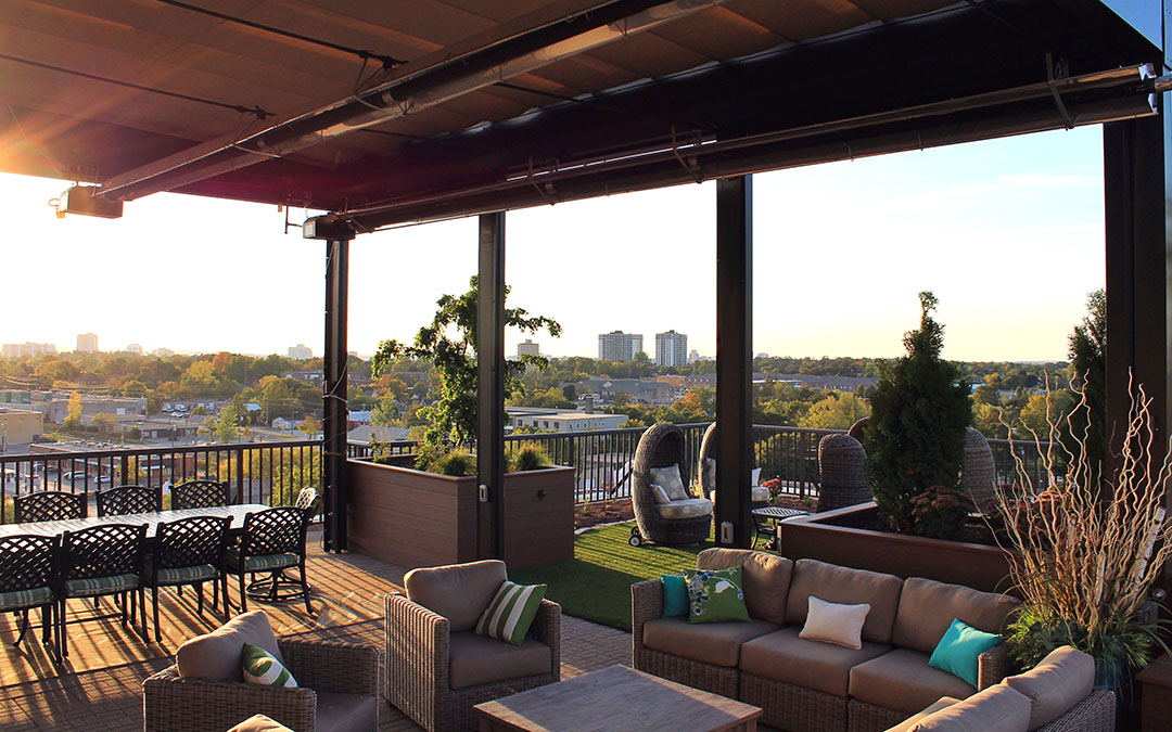 A cozy rooftop visa with a dining area and artificial turf.