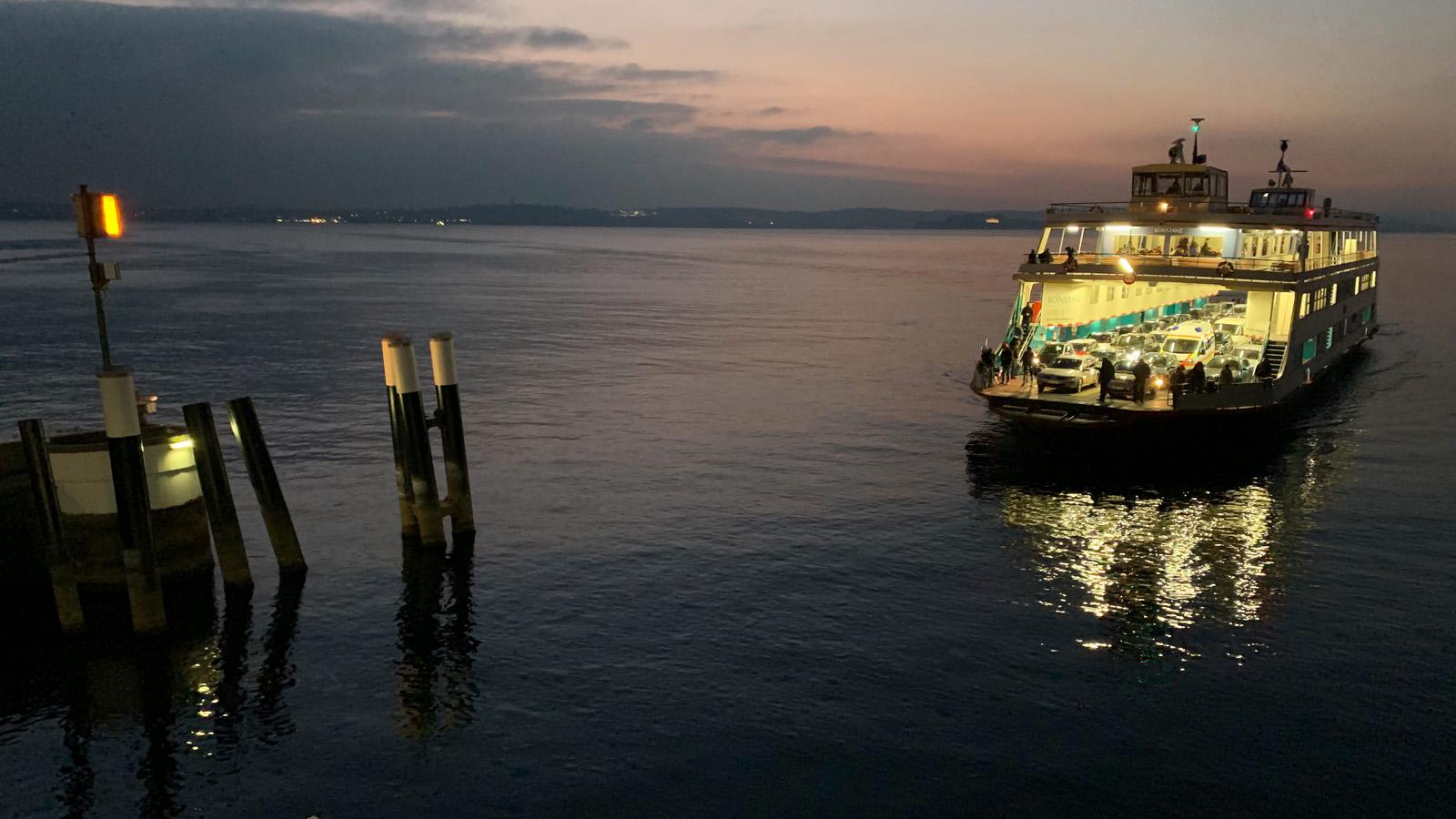 Abendstimmung am Fähreanlege-Hafen am Bodensee im Sommer