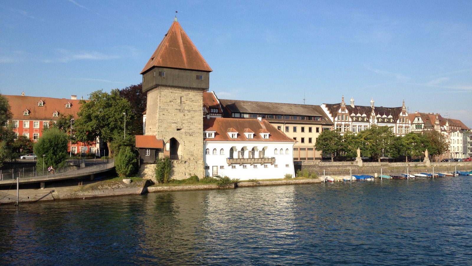 """Konstanzer Altstadt mit Rheintor-Turm und der """"Alten Rheinbrücke"""" Richtung Stadtzentrum am Bodensee"""
