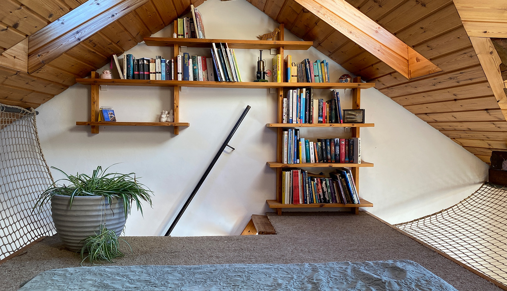 Gemütliche Leseecke direkt unter dem Dachgiebel mit vielen Büchern, Spielen etc. - Fewo Roos