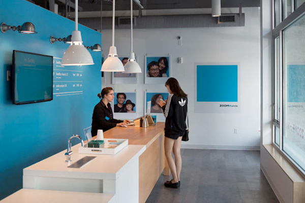 """Un design de service qui casse les codes de la santé privée en proposant un réseau de clinique """"sur demande"""" et accessible via une application (Zoom+ - © design agence Ziba)."""