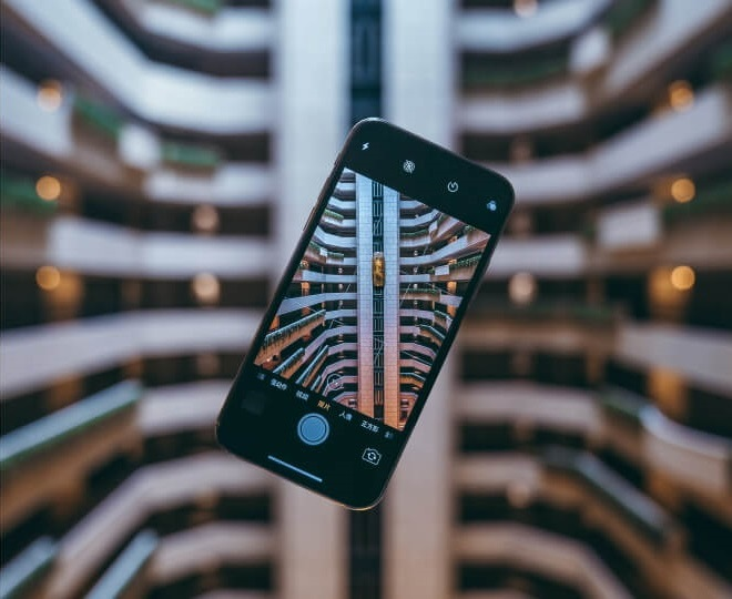 Phone tombant du haut du bâtiment avec appareil photo allumé