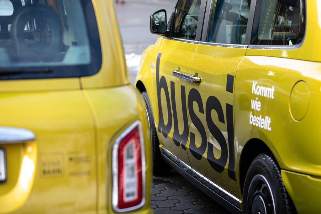 At the beginning of January 2021, the Ruhrbahn in Essen launched Bussi, an on-demand shuttle that is offered to a core area around Essen city centre. Bussi drives five electrically powered London taxis with a golden yellow metallic paint job.