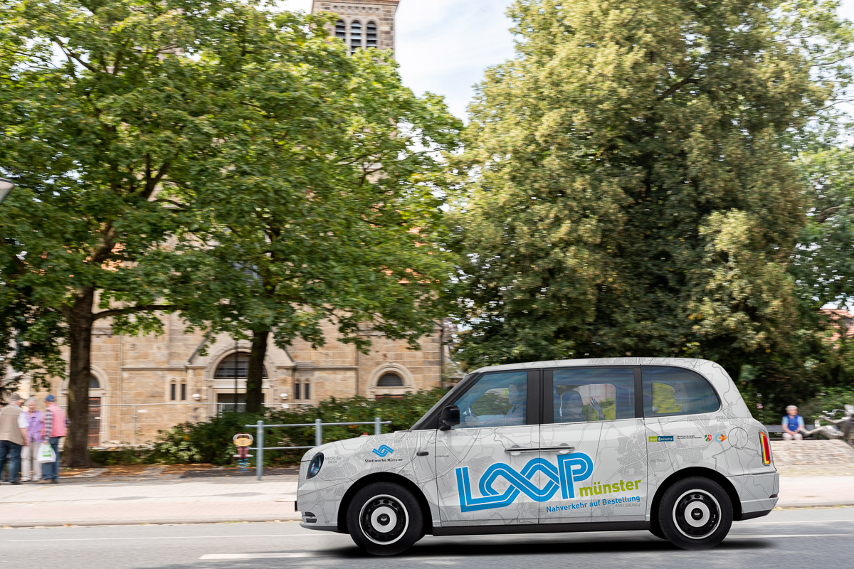 """The on-demand service """"Loop"""", which has been operating successfully since September 2020, complements the city of Münster's buses. Loop uses the electric London Taxi LEVC, a fully electric vehicle, seating up to 5-6 people."""