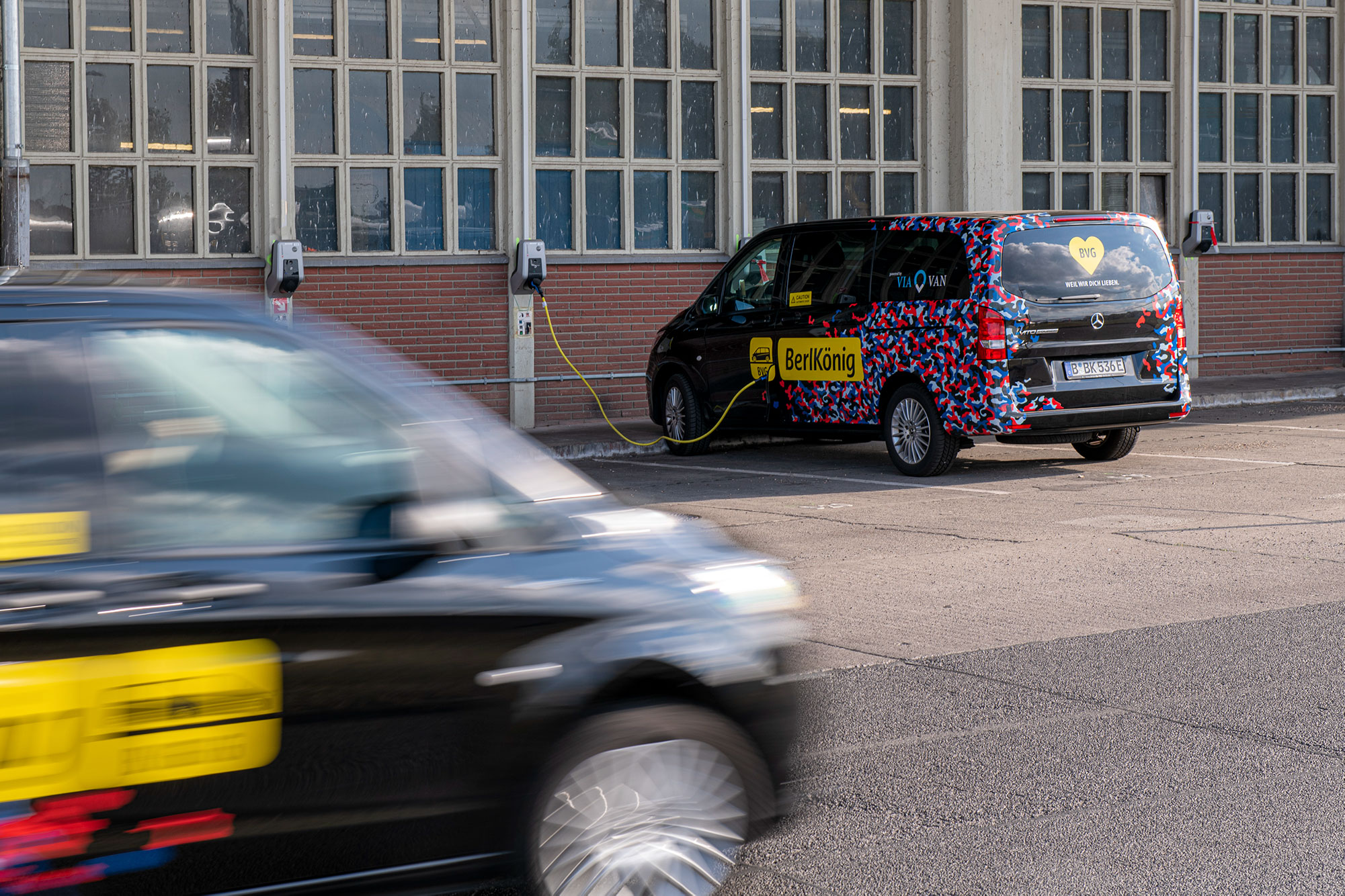 Since 2018, on-demand service BerlKönig has been driving on the streets of Berlin. An innovative mobility service to Berlin's public transport system run by local mobility provider BVG and Viavan, the joint venture of Via from the US and Daimler.