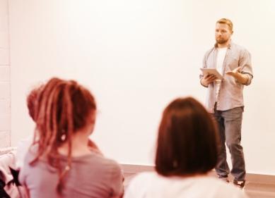 Professor dando aula para a classe